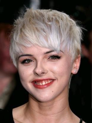 Цвет волос серебристый блондин, стильная короткая стрижка для светлых волос