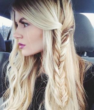 Стильные прически на длинные волосы, стильная прическа с распущенными волосами и косичкой