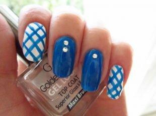 Дизайн ногтей со стразами, синий маникюр в клеточку