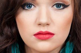 Макияж для брюнеток с голубыми глазами, макияж в стиле чикаго 30-х годов со стрелками