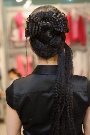 Иссиня-черный цвет волос, роскошная прическа - гофрированный бант из волос