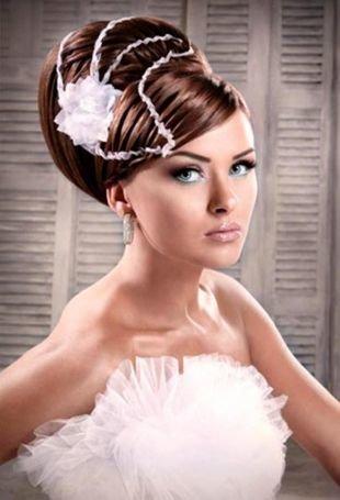 Свадебные прически с цветами на длинные волосы, шикарная прическа бабетта с украшением