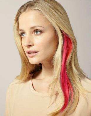 Пшеничный цвет волос, светлые волосы с красной прядью