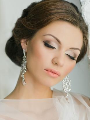 Свадебный макияж в персиковых тонах, свадебный макияж со стрелками