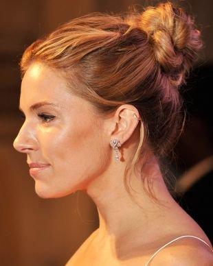 Золотисто каштановый цвет волос на длинные волосы, высокий пучок в стиле casual