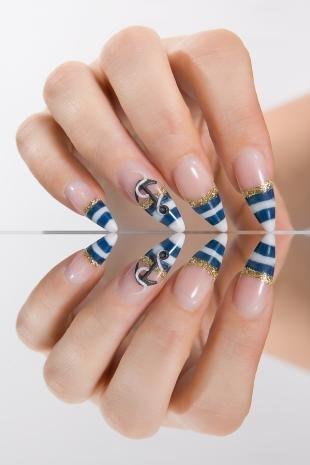 Золотой френч, макияж для острых ногтей в морском стиле