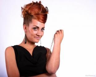 Бронзовый цвет волос, оригинальная высокая прическа