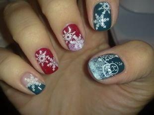Красный дизайн ногтей, красно синий маникюр с елкой и снежинками