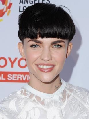 Иссиня-черный цвет волос, короткая женская стрижка гарсон