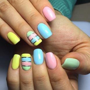 Дизайн ногтей с фольгой, яркий летний маникюр с использованием нескольких лаков