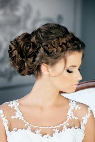 Цвет волос морозный каштан, свадебная прическа с пучком и косой-ободком
