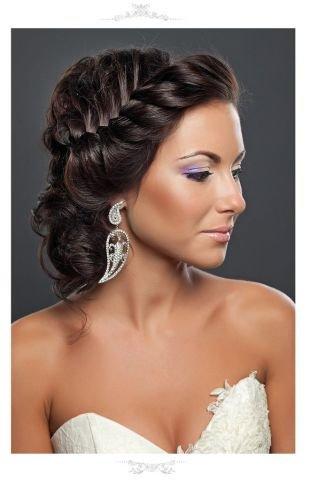 Темно каштановый цвет волос, свадебная прическа на средние волосы в греческом стиле