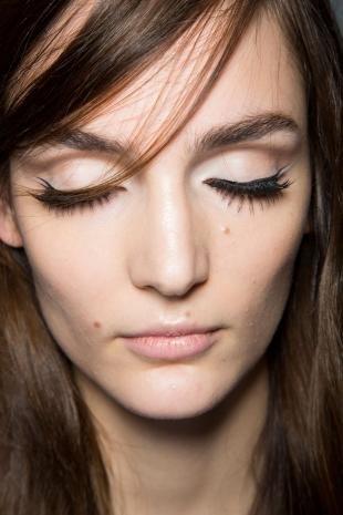 Макияж на каждый день для шатенок, лаконичный макияж со стрелками