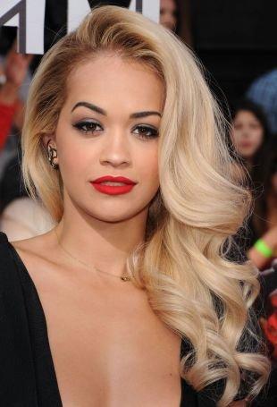 Цвет волос платиновый блондин, прическа на длинные волосы - голливудские локоны