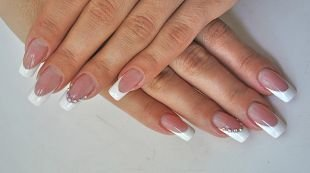 Дизайн нарощенных ногтей, классический френч со стразами