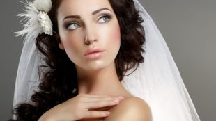 Макияж для брюнеток с голубыми глазами, оформление губ в свадебном макияже