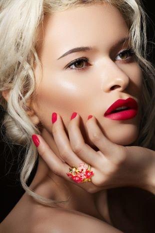 Яркий макияж для блондинок, чувственный макияж карих глаз