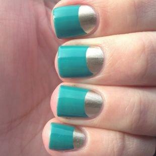 Зеркальный маникюр, серебристо-голубой лунный маникюр на короткие ногти
