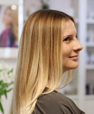 Прическа каскад на длинные волосы, мелирование на светлые волосы песочными прядями