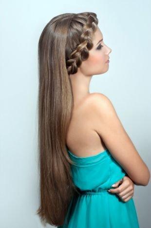 Цвет волос мокрый асфальт, ободок из косы на длинных распущенных волосах