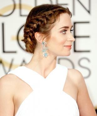 Светло каштановый цвет волос на длинные волосы, прическа на выпускной с круговой косой