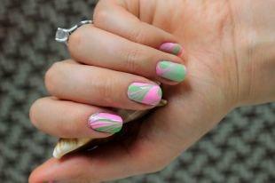 Абстрактные рисунки на ногтях, зелено-розовый водный маникюр