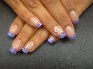 Дизайн ногтей френч, сиреневый френч с цветочками