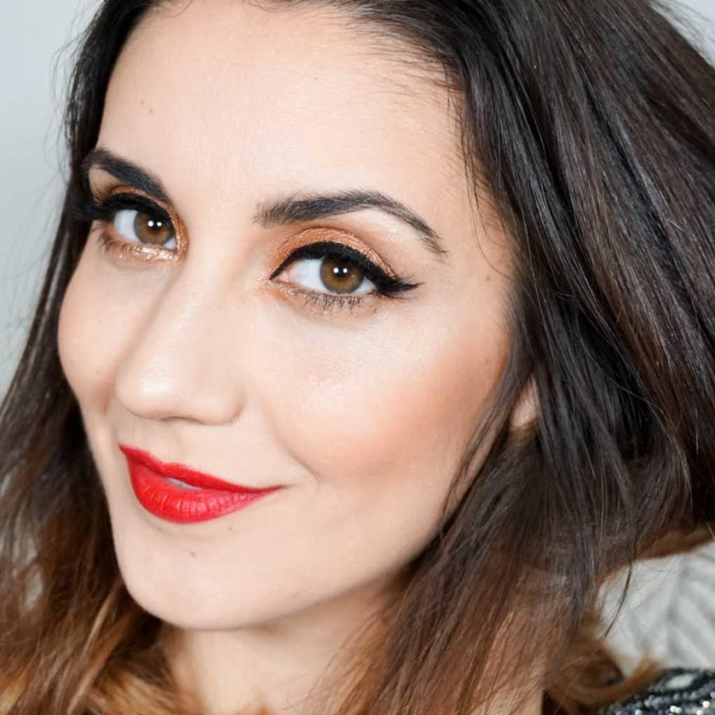 Вечерний макияж для карих глаз под красное платье фото