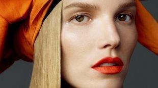 Макияж для блондинок к красному платью, макияж с акцентом на губах