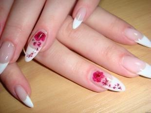 Красно-белый маникюр, дизайн френча на острые ногти