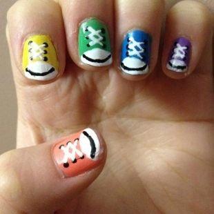 Рисунки на маленьких ногтях, кеды на ногтях