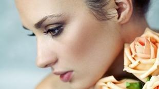 Макияж для карих глаз под синее платье, легкий макияж для брюнеток
