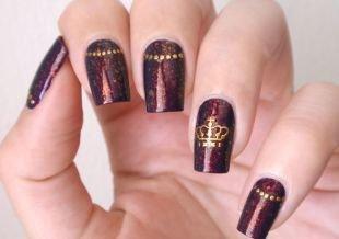 Рисунки короны на ногтях, мерцающий бордовый маникюр с короной