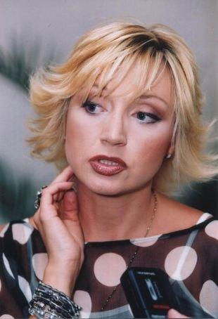 Цвет волос теплый блонд, укладка каре с закрученными в сторону лица локонами
