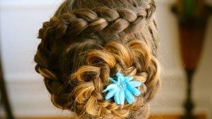 Праздничные детские прически на длинные волосы, прическа с косами, уложенными в виде цветка