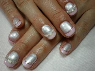 Френч с блестками, розовый френч с розовой каемочкой и стразами на коротких ногтях