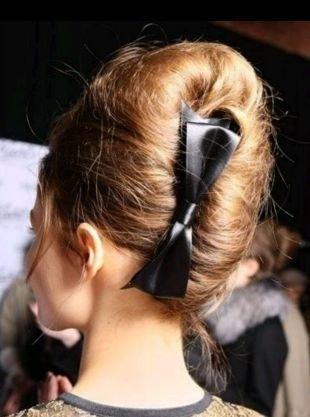 Прически с бантами, прически на средние волосы - французская ракушка