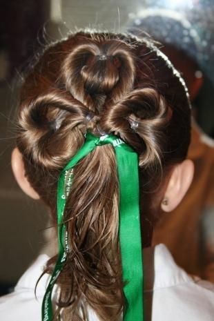 Темно русый цвет волос, праздничная прическа для девочки