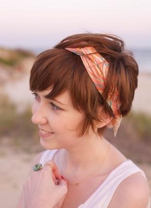 Темно рыжий цвет волос, прическа с повязкой на короткие волосы