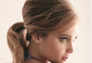 Светло коричневый цвет волос, прическа с начесом для тонких волос