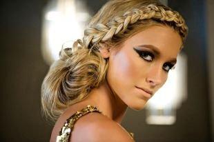Золотисто русый цвет волос, прическа с французской косой вдоль лба