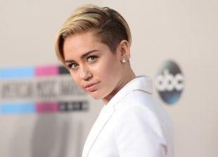 Модные женские прически на короткие волосы, стильная короткая стрижка с выбритыми висками