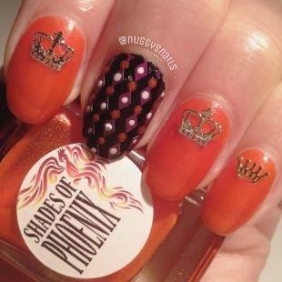 Черный дизайн ногтей, коралловый маникюр с коронами и ромбами