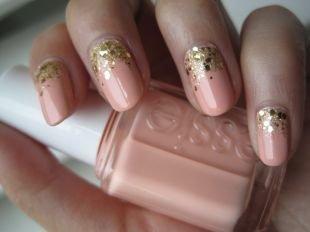 Нарощенные ногти, бежевый маникюр с золотистым глиттером
