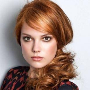 Рыже каштановый цвет волос, прическа на длинные волосы - боковой пучок с локонами