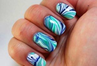 Современные рисунки на ногтях, водный маникюр в синих и бирюзовых тонах