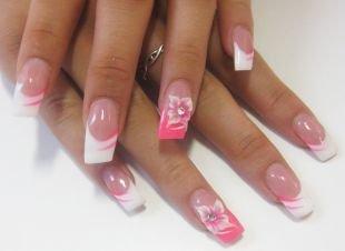 Бело-розовый маникюр, маникюр на выпускной с бело-розовыми цветами и стразами на френче