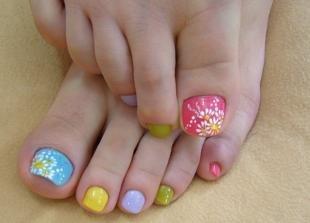 Рисунки ромашек на ногтях, разноцветный педикюр с ромашками