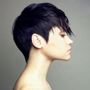 Черный цвет волос, короткая стрижка для ровных волос с удлиненной макушкой