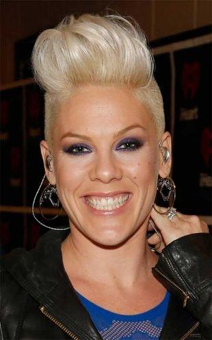 Цвет волос серебристый блондин, женская короткая стрижка ирокез